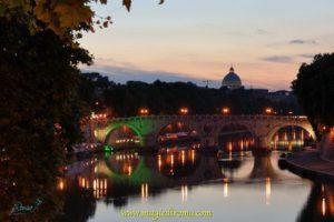Una suggestiva immagine di Roma al tramonto con San Pietro sullo sfondo